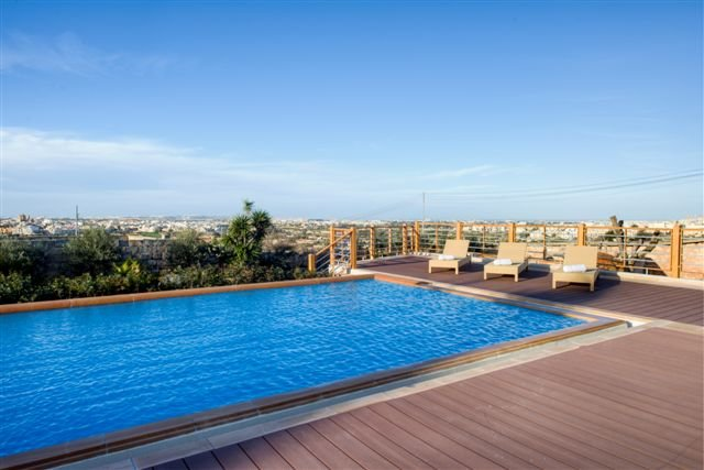 Pool and country view in Zurrieq