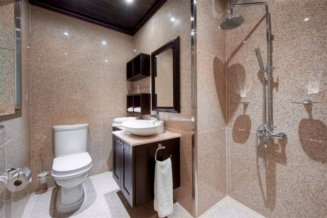 bathroom in apartment to let